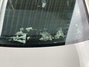 """<span class=""""title"""">BMWのリアのスモークフィルムを自分で剥がした!</span>"""